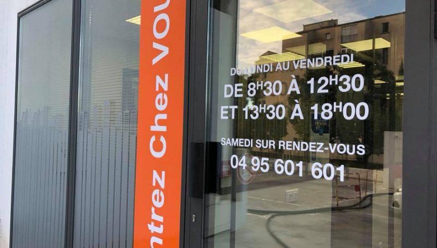 Décoration adhésive dépoli sur vitres intérieures et extérieures pour l'agence CAFPI par l'équipe Pano Bastia
