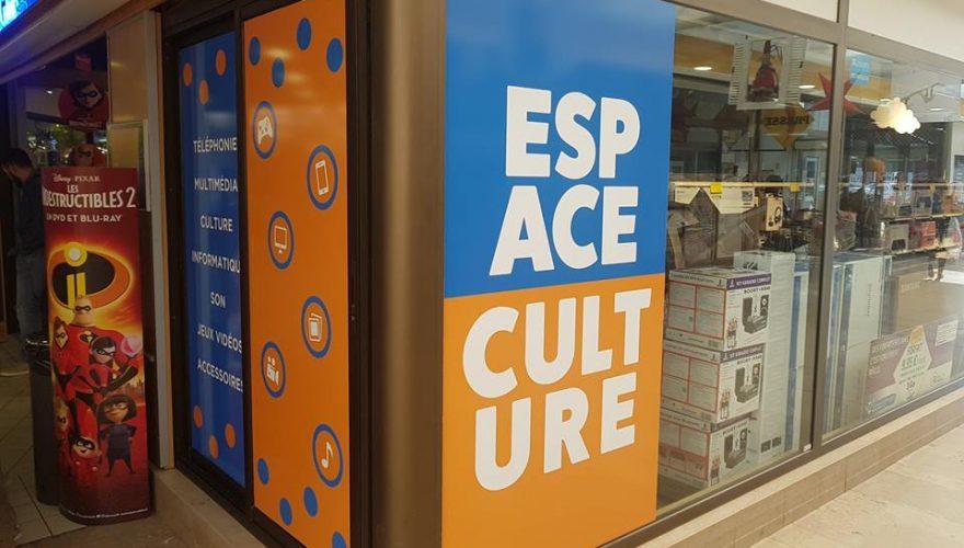 Création visuels et marquage vitrines de l'espace culture Leclerc Porto-Vecchio adhésifs numériques et micro-perforés par l'équipe PANO Bastia
