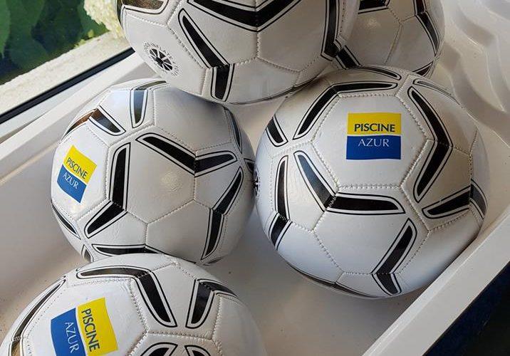 Réalisation de ballons de foot personnalisés pour Piscine Azur Ajaccio par l'équipe PANO/Corse Régipub à Biguglia