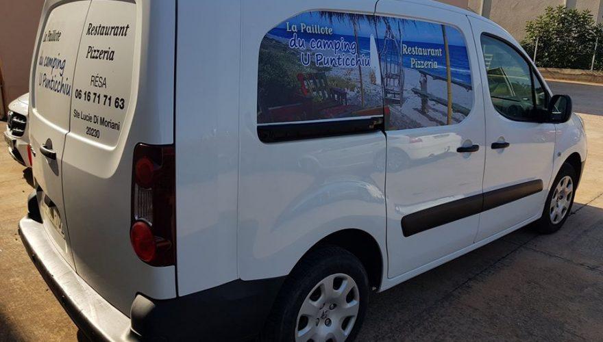 Marquage véhicule utilitaire pour la paillote du camping U Punticchiu à Poggio Mezzana réalisé par l'agence PANO/Corse Régipub à Biguglia.