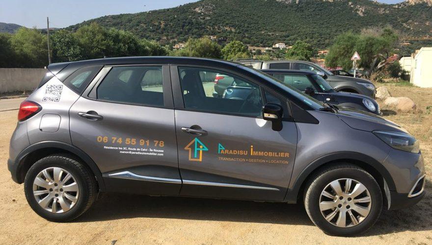 Marquage véhicule Paradisu Immobilier Ile Rousse par l'agence PANO/Corse Régipub Biguglia