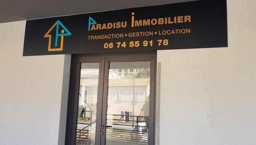 Conception et pose enseigne pour l'agence PARADISU IMMOBILIER à Ile Rousse par l'équipe PANO/Corse Régipub Biguglia
