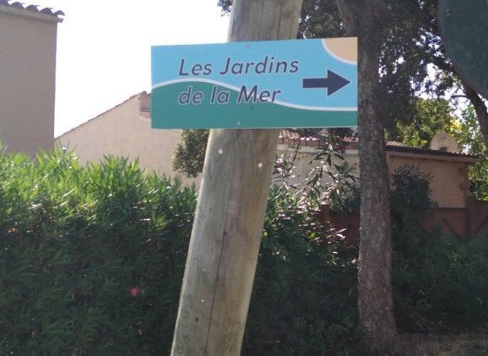 Production et pose de petits panneaux pour la résidence Les Jardins de la Mer à Bravone par l'équipe Pano Bastia