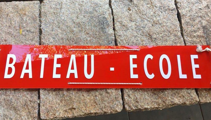 Panneau plexi avec décoration adhésive pour Auto école Pujuila à Porto-Vecchio réalisée par l'équipe PANO Bastia