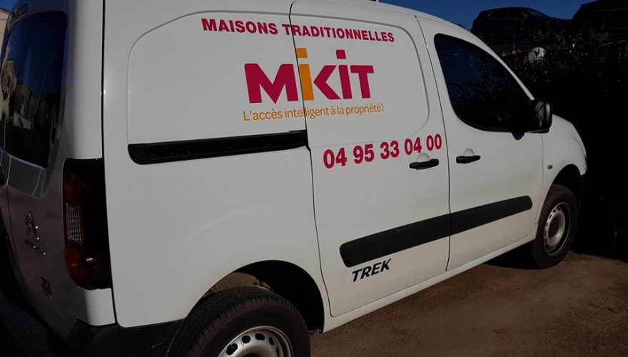 Marquage sur utilitaire Mikit Biguglia par l'équipe PANO Bastia Corse