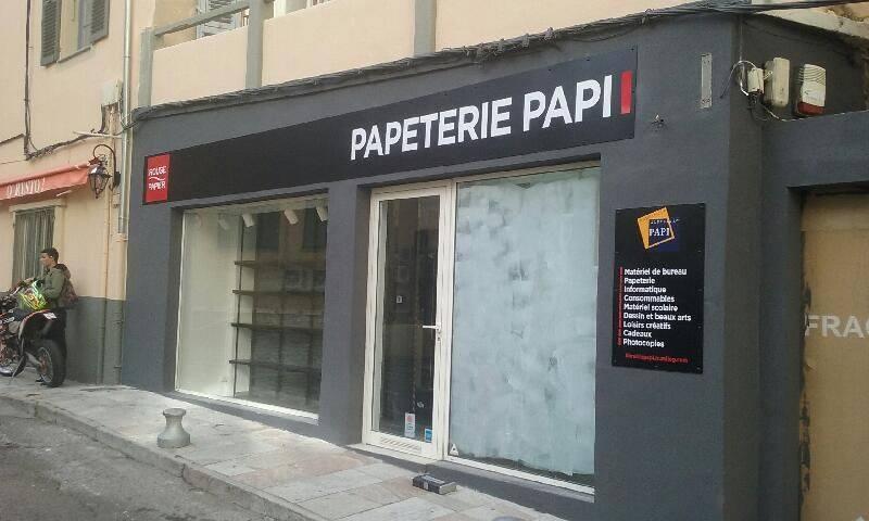 Création et pose de panneaux pour la papeterie Papi à Bastia par l' équipe PANO Bastia