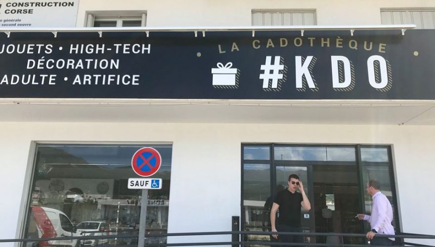 Fabrication et installation d'une rampe lumineuse pour la boutique KDO à Bastia par notre agence PANO Bastia