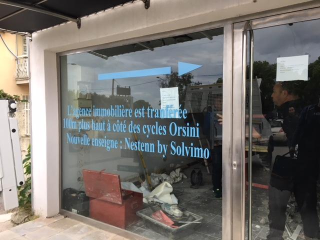 Lettrage adhésif sur vitrine pour l'agence Nestenn by Solvimo à Biguglia